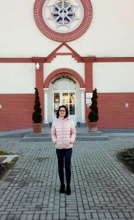 msr Milena Golubović, master etnologije i antropologije, stručna saradnica Matice Vlaha, ispred zdanja Európa Kollégium